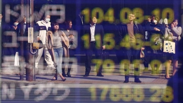 People are reflected in a display (top) showing the current exchange rate between U.S. dollar and Japanese Yen outside a brokerage in Tokyo, Japan, November 7, 2016. REUTERS/Kim Kyung-Hoon