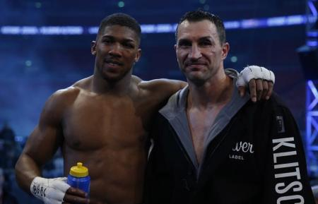 Anthony Joshua (L) with Wladimir Klitschko after a fight at Wembley Stadium, London, England - 29/4/17 Reuters / Andrew Couldridge
