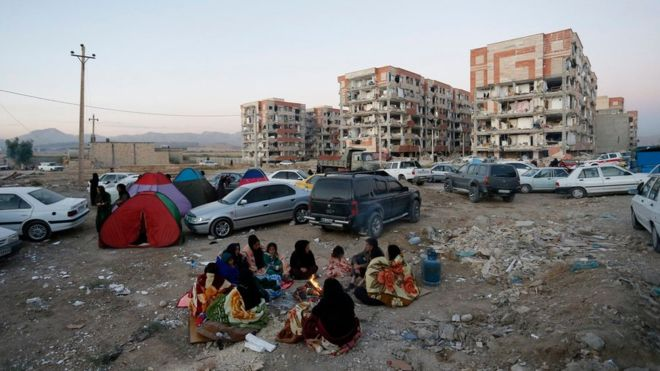 Iranians set up temporary camps outside of shaken buildings in Pole-Zahab, Kermanshah province. Photo: EPA