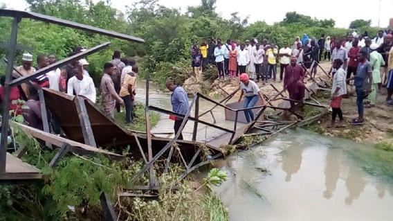 Nigeria: Students taking selfies blamed for bridge collapse - Africa