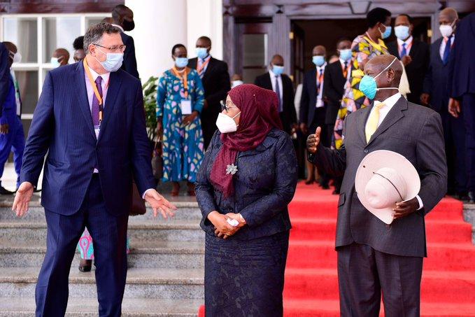 Tanzania and Uganda sign oil deal